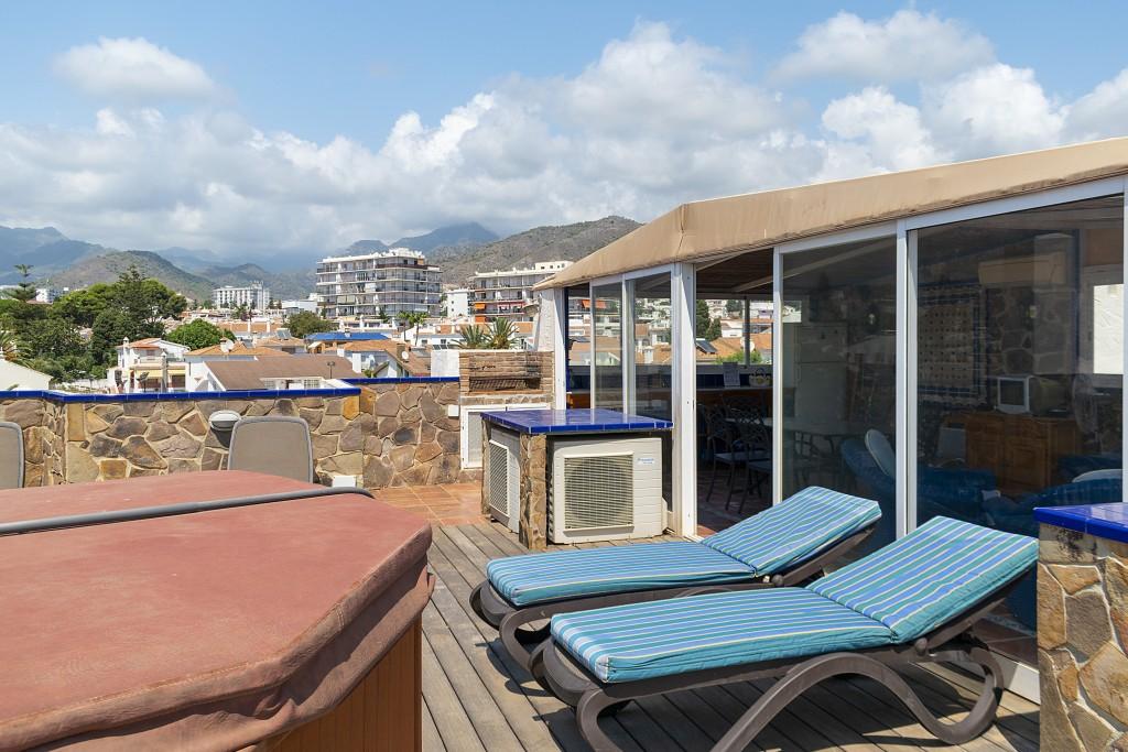 Sunbathing & jacuzzi area