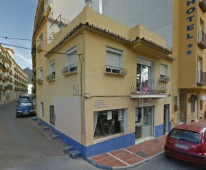 Building in Marbella Old Town opposite the castle with local and apartment with rooftop terrace