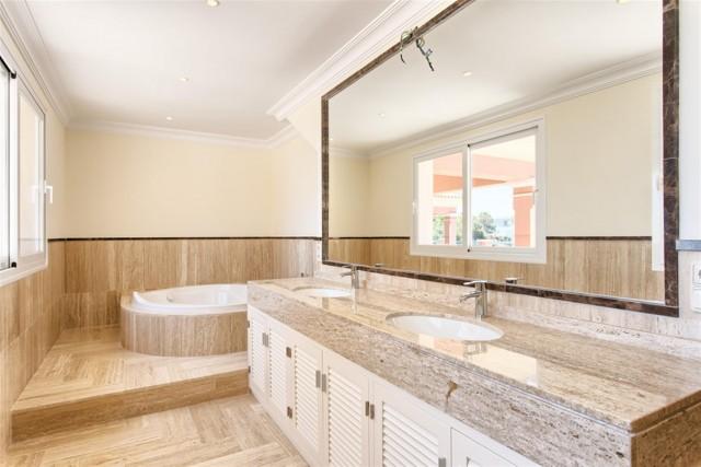 17 Master bathroom (Custom)