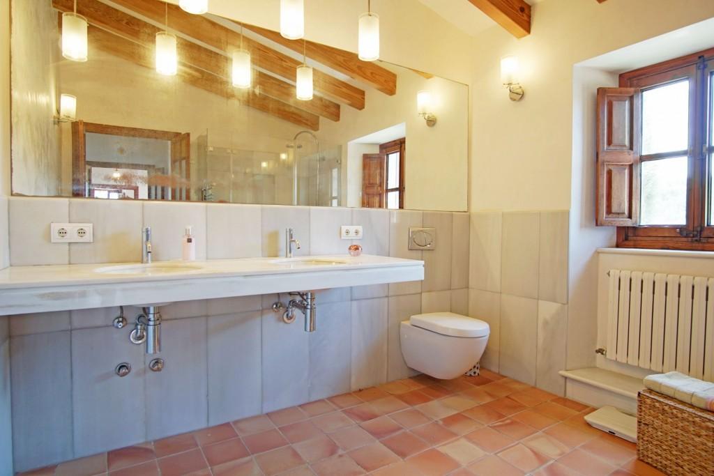 Pollensa country house bathroom