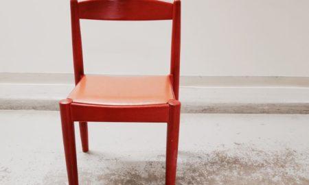 En röd stol från Möbelbruket