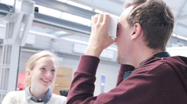 Ungdomar med VR glasögon