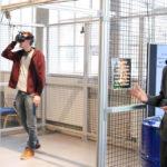 Man med VR glasögon