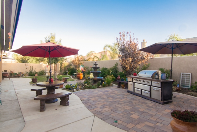 Beautiful Landscaped Backyard - Real Estate Pictures - Linda Banales 661-704-4244
