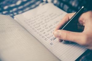 checklist-hand-pen