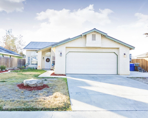 Hanford CA Single Family Home For Sale: $206,000