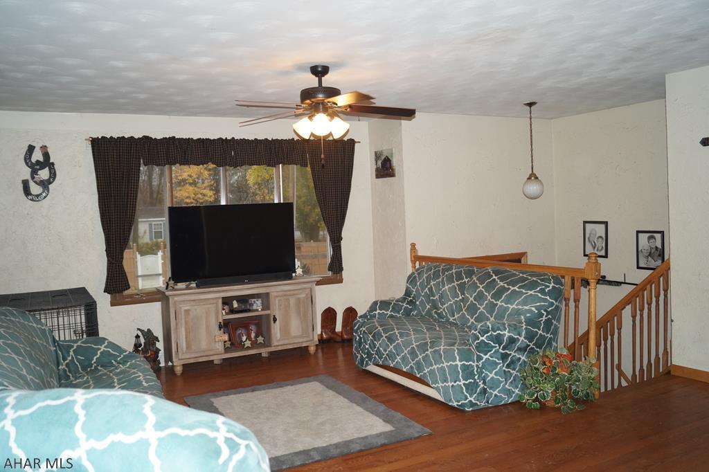 821 East 4th Street, Living room pic