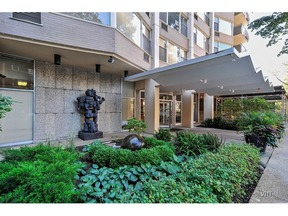 Condo/Townhouse Sold: 555 West Cornelia Avenue #1007