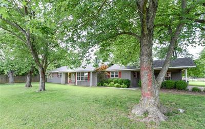 Sallisaw Single Family Home For Sale: 1212 N Dogwood Street