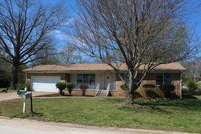 Boone County Single Family Home For Sale: 202 Cardinal