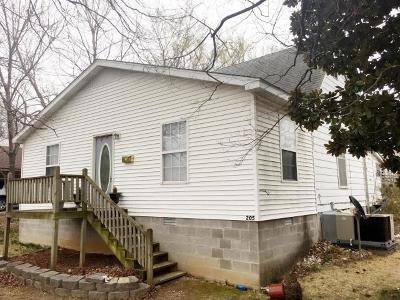 Boone County Single Family Home For Sale: 205 N Cherry