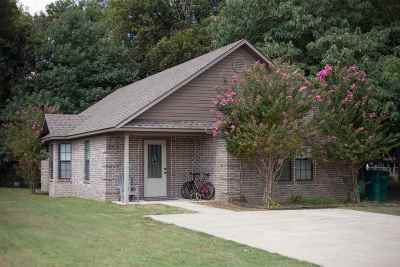 Single Family Home For Sale: 203 Davis
