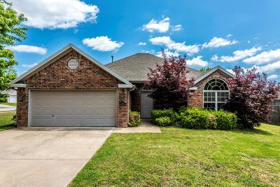Fayetteville Single Family Home For Sale: 2962 Bluegrass