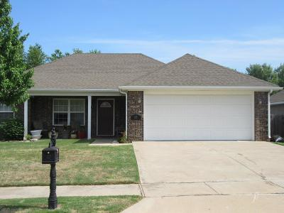 Siloam Springs Single Family Home For Sale: 825 Deer Lodge Ct