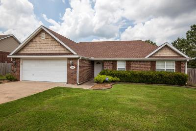 Fayetteville Single Family Home For Sale: 1389 N Cannondale Dr