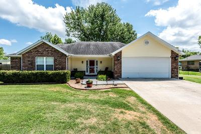 Fayetteville Single Family Home For Sale: 439 W Circle Drive