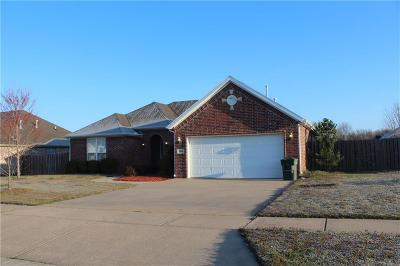 Fayetteville Single Family Home For Sale: 3238 W Thornbrook ST