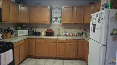 Bakersfield CA Single Family Home For Sale: $163,000