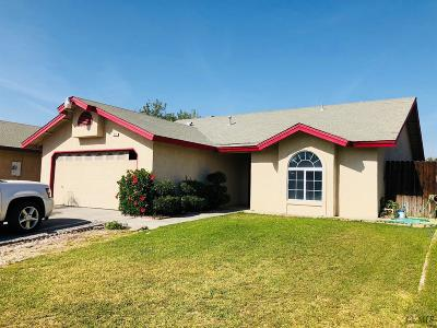 Delano Single Family Home For Sale: 337 Cesar Chavez Lane