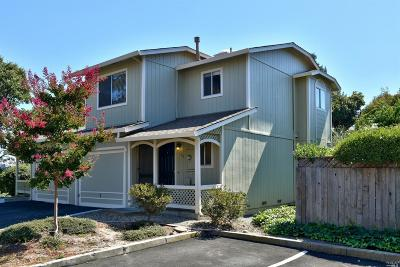 Petaluma Condo/Townhouse For Sale: 122 Acorn Drive