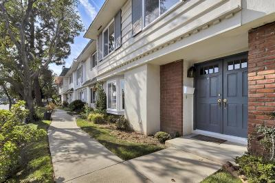 Chatsworth Condo/Townhouse Active Under Contract: 20725 Lemarsh Street #G