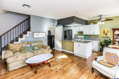 Glendale Condo/Townhouse For Sale: 147 West Acacia Avenue #133