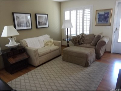 Newhall Condo/Townhouse For Sale: 19715 Spanish Oak Drive