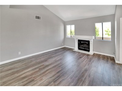 Canyon Country Condo/Townhouse For Sale: 27104 Hidaway Avenue #6