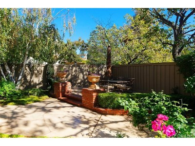 Thousand Oaks Condo/Townhouse Active Under Contract: 537 Hollyburne Lane