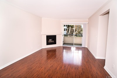 Woodland Hills Condo/Townhouse Active Under Contract: 5510 Owensmouth Avenue #109