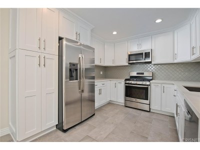 Encino Condo/Townhouse Active Under Contract: 5301 Yarmouth Avenue #9