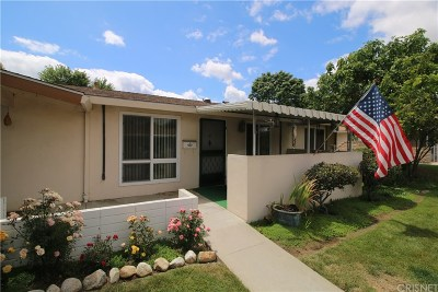 Newhall Condo/Townhouse For Sale: 26760 Whispering Leaves Drive #B