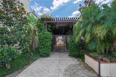 Tarzana Condo/Townhouse For Sale: 18350 Hatteras Street #111