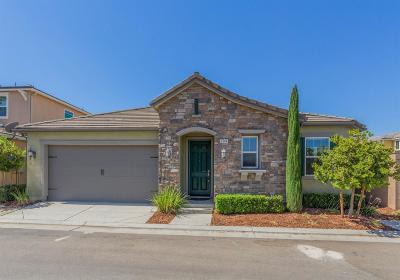 Clovis Single Family Home For Sale: 1544 N Vanguard Way