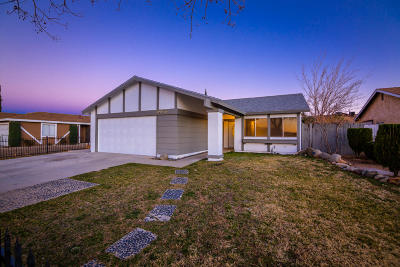 Palmdale Single Family Home For Sale: 39056 Dianron Road