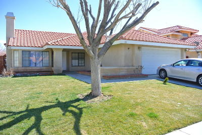 Palmdale Single Family Home For Sale: 37522 Royal Court