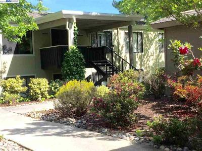 Walnut Creek Condo/Townhouse For Sale: 1533 Oakmont Drive #3
