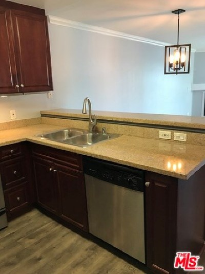 Woodland Hills Condo/Townhouse For Sale: 5510 Owensmouth Avenue #215