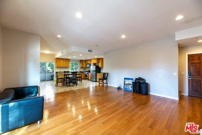 Van Nuys Condo/Townhouse For Sale: 15053 Victory Boulevard #2