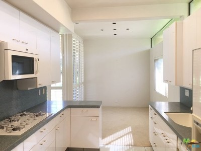 Palm Springs Condo/Townhouse For Sale: 221 Desert Lakes Drive
