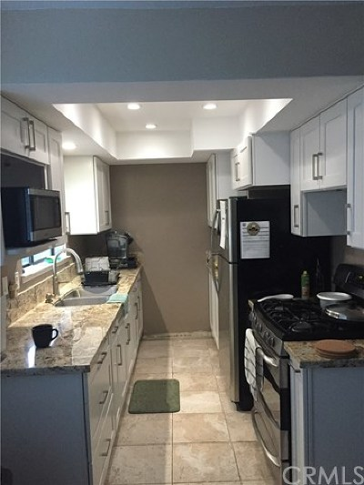 Santa Ana Condo/Townhouse For Sale: 2204 N Broadway #17