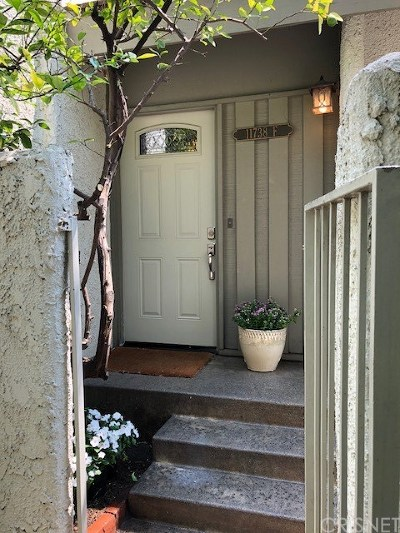 Studio City Condo/Townhouse Active Under Contract: 11738 Moorpark Street #F