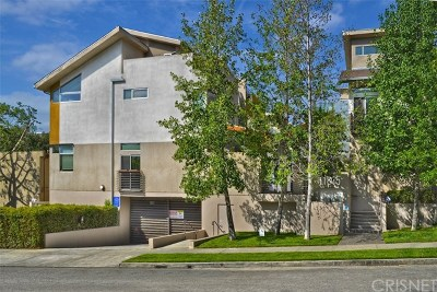 Studio City Condo/Townhouse Active Under Contract: 11815 Laurelwood Drive #15