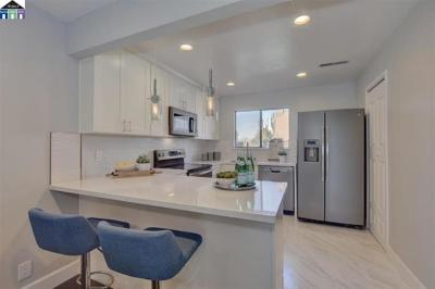Hayward Townhouse For Sale: 974 Castlewood Way