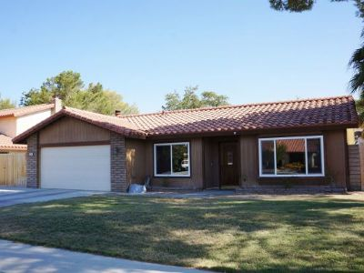 Inyo County, Kern County, Tulare County Single Family Home For Sale: 725 W Howell Ave