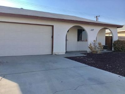 Inyo County, Kern County, Tulare County Single Family Home For Sale: 527 S Downs