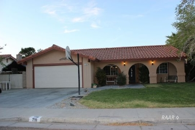 Inyo County, Kern County, Tulare County Single Family Home For Sale: 718 W Howell Ave
