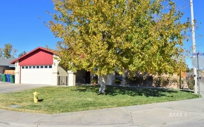 Inyo County, Kern County, Tulare County Single Family Home For Sale: 300 W Felspar Ave