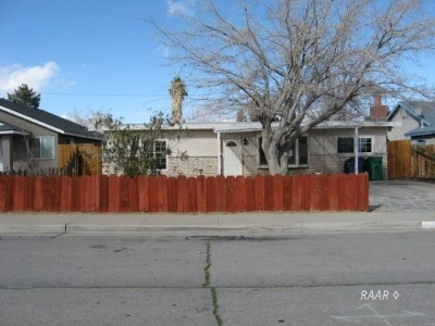 Inyo County, Kern County, Tulare County Single Family Home For Sale: 932 W Boston Ave