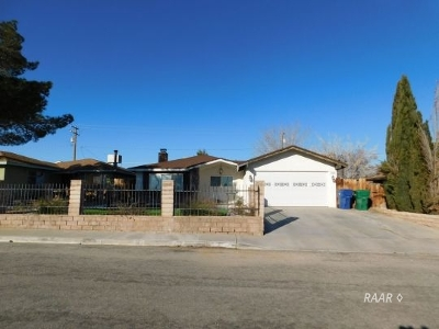 Inyo County, Kern County, Tulare County Single Family Home For Sale: 1217 S Yorktown St